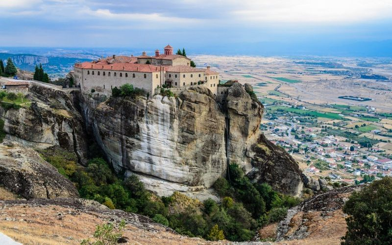 How to discover the hanging monasteries of Meteora, Greece